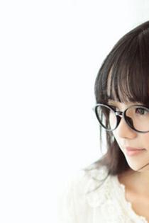 戴眼镜的大眼清纯美女写真图片